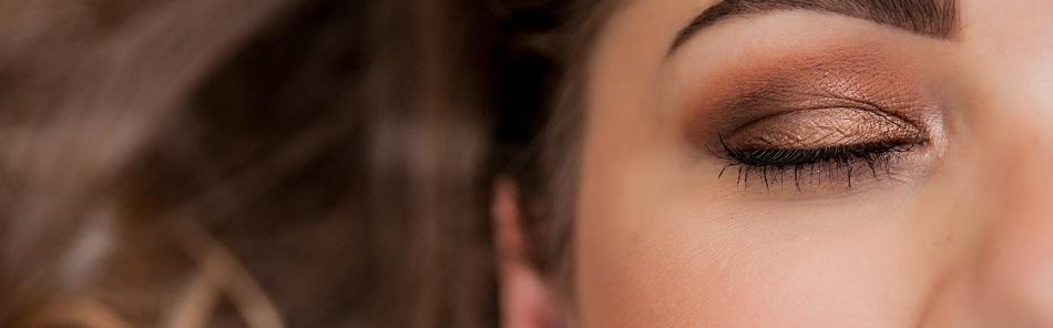 Vai usar maquiagem e muito brilho para cair na folia? Antes, conheça os cuidados para utilizar estes produtos